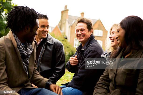 Erwachsene Bildung: Ältere unterschiedlichen Studenten, die Spaß zusammen
