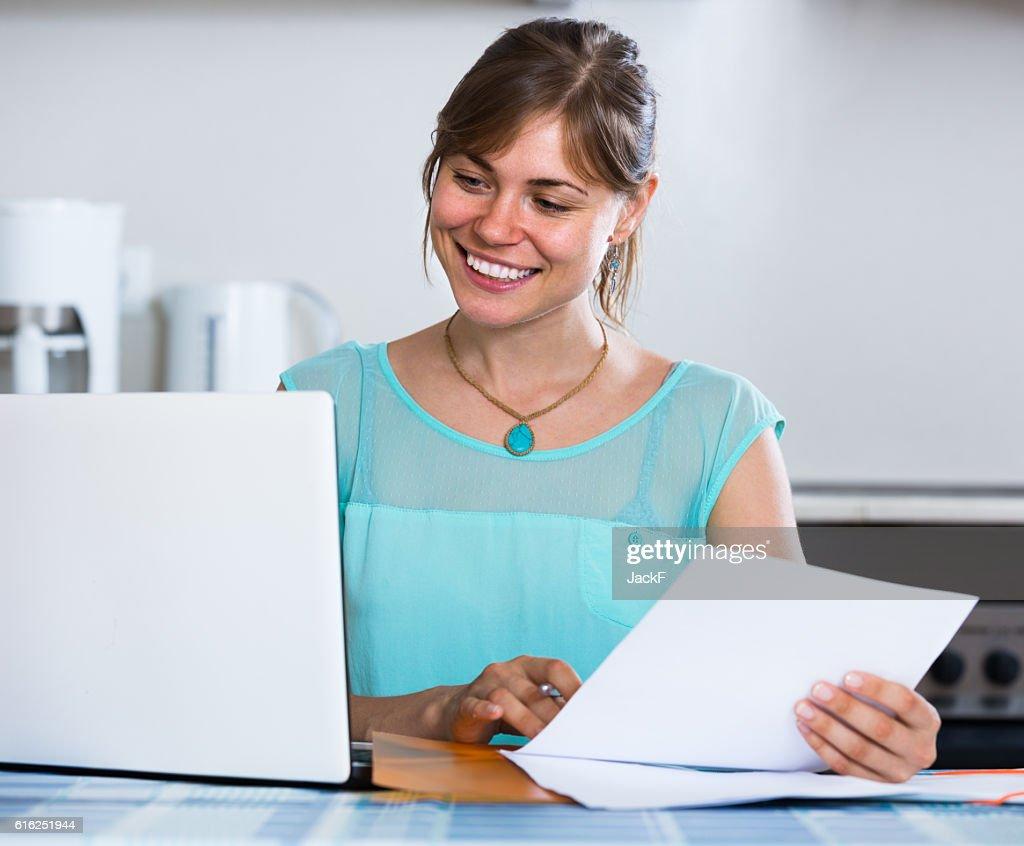 Menina adulta aplicar para o banco empréstimo em casa : Foto de stock