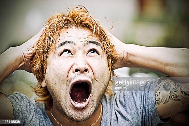 大人と歓声中に日本の男性