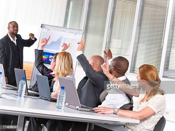 Adultes Étudiants et étudiantes placer les mains sur un séminaire