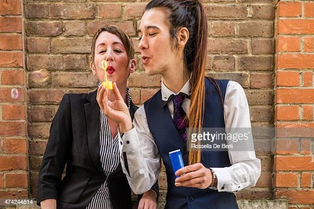 Erwachsener Mann und Frau Blasen Blasen