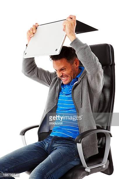Erwachsener Mann frustriert mit laptop