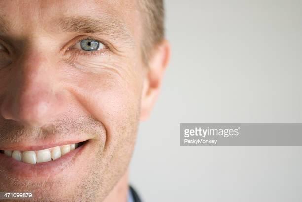 Erwachsener Mann Lächeln Gesicht Nahaufnahme Blaue Augen Horizontal