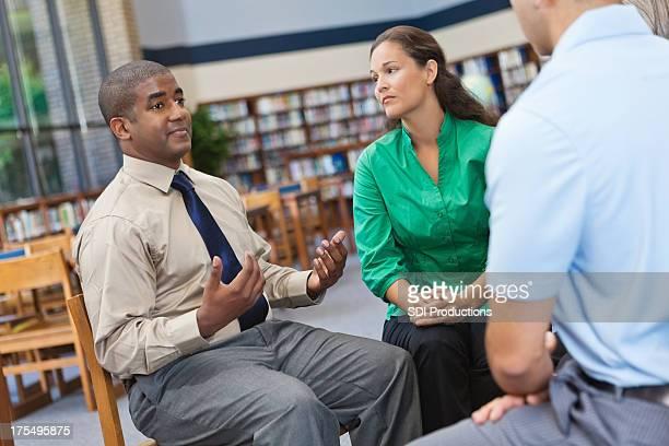 Erwachsener Mann spricht in einem Gespräch Gruppe