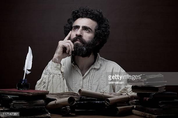 Erwachsener Mann mit Bart in mittelalterlichen Kostümen, der inspiration