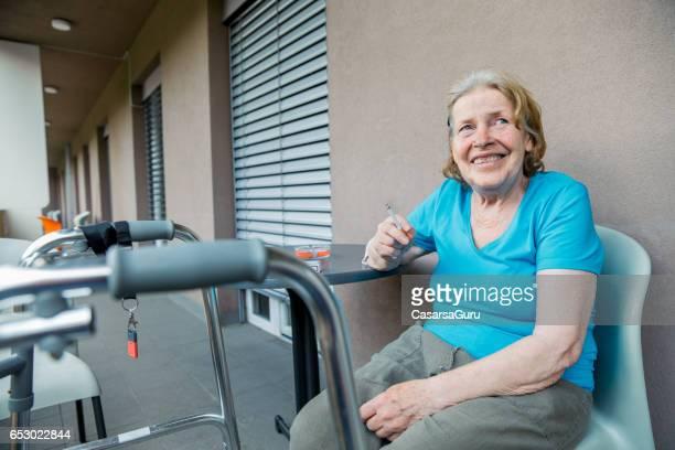 休憩を取って大人のシニア女性ケアー ・ センター