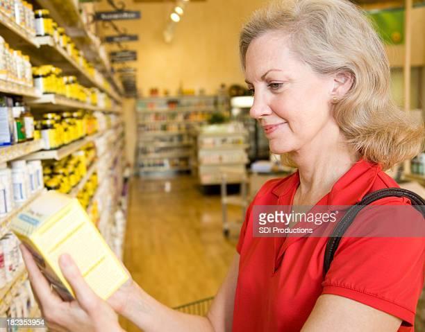 Erwachsener Shopper Lesung Zutaten auf Medizin Box im Supermarkt