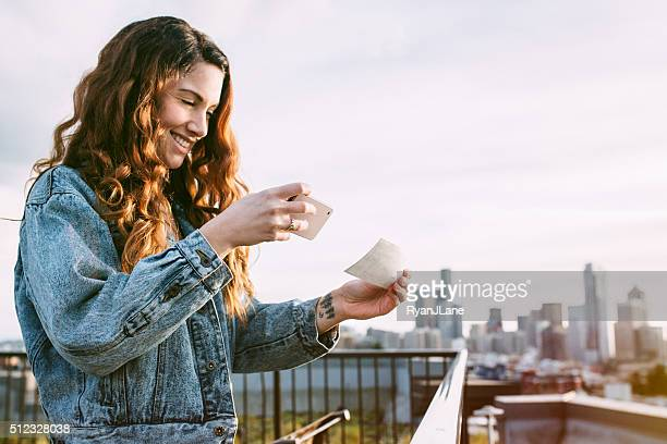 Adulta donna di dragaggio verifica con smartphone