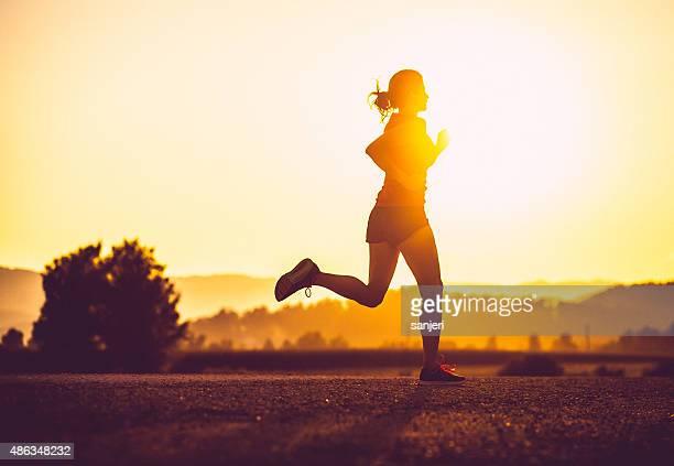 Adulta donna di correre all'aria aperta