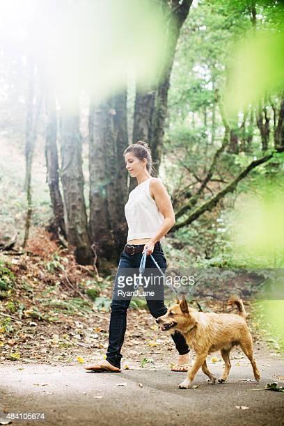 Erwachsene Frau mit Hund in den Wald