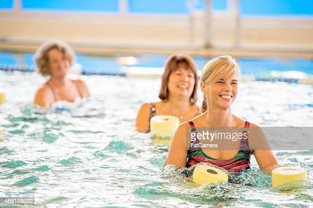 Erwachsene Frauen in Wasser-Aerobic-Kurse