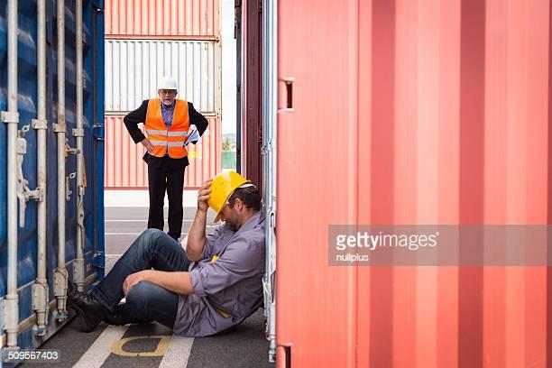 Erwachsener Arbeiter in einem großen Behälter Hafen und schlafen