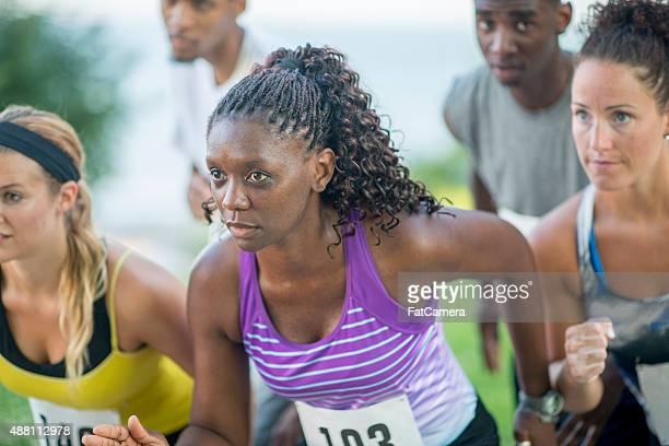 Adultos prontos para uma corrida para começar