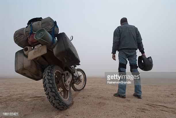 Abenteuer-motorcyclist im Nebel