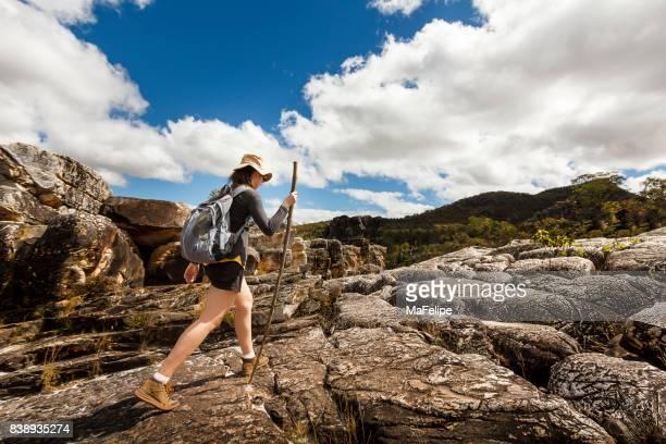 Abenteuer-Frau zu Fuß auf felsigem Gelände