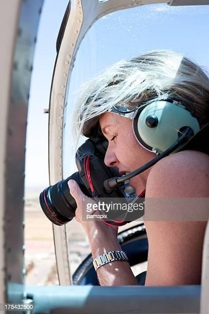 Aventure aérienne de photographe femme portant casque