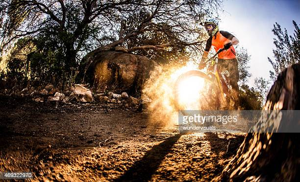 Abenteuerlustige Mountainbiker auf den Schmutz Weg der ein off-road trail