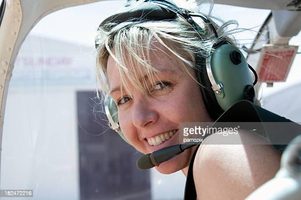Abenteuerlustige Frau mit headset im Hubschrauber