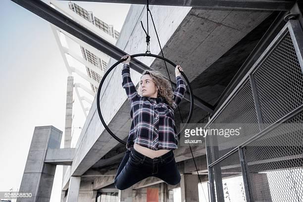 Aerea ballerino performance nella città