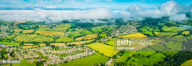 Panorama aérien au-dessus des nuages au-dessus des fermes de summer villages pays