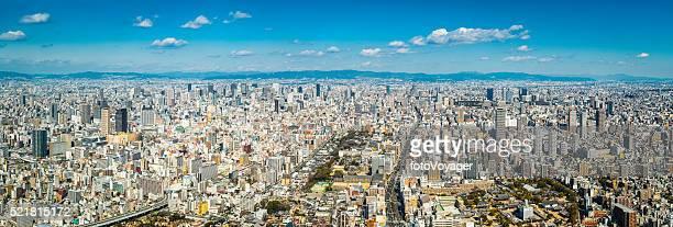 空から見た大阪の街並みのパノラマで混雑した超高層ビルや高速道路日本