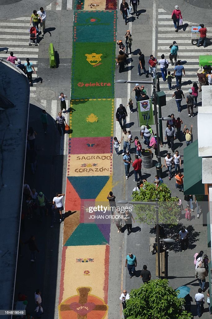 Aerial partial view of a 1,400 meters carpet of flowers and colored sawdust, made by municipal employees and volunteers in an attempt to set a Guinness World Record for the longest carpet of the world, in Guatemala City on March 28, 2013. These carpets are traditionally made during Hoy Week each year. AFP PHOTO / Johan ORDONEZ