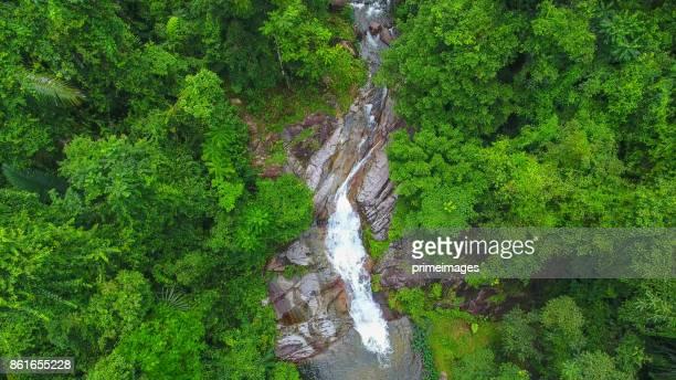 Antenne schot tropisch bos en de waterval Zuid-Thailand