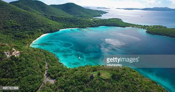 Vue aérienne des plages de Hawksnest Bay, St. John, USVI