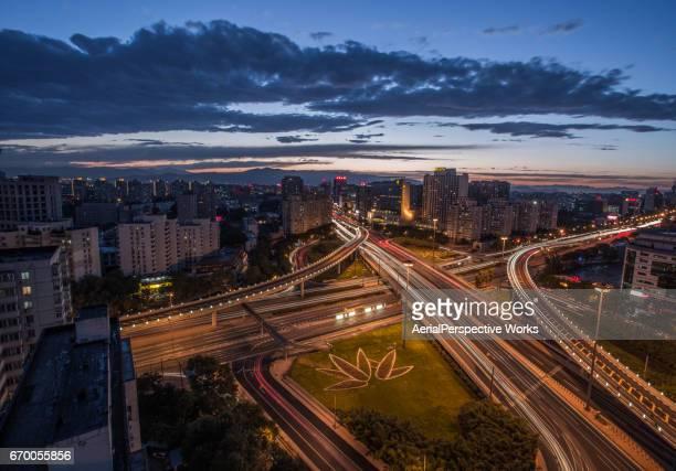 Vue aérienne du viaduc occupé à Beijing au crépuscule
