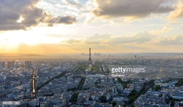 Vue aérienne de la Tour Eiffel et de Paris pendant le coucher du soleil