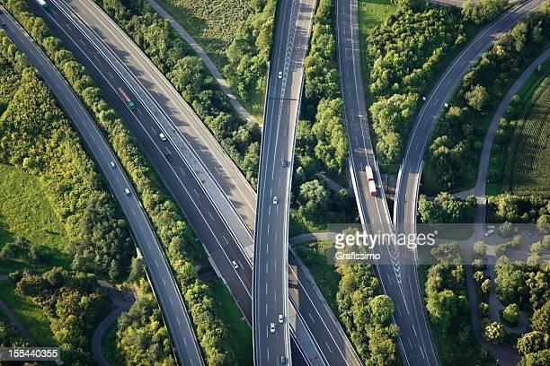Vista aérea de las autopistas a través de naturaleza verde