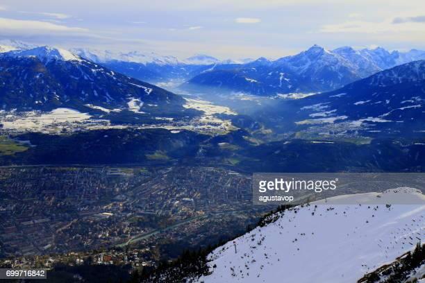 Aerial View Innsbruck Stadtbild Panorama und idyllische Norden Tirol schneebedeckten Karwendel Gebirge von oben, Österreich