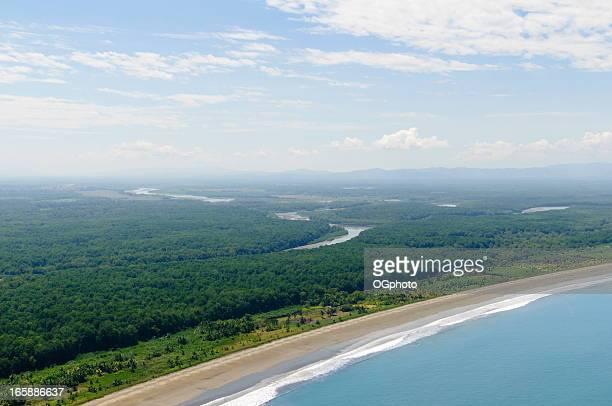 Vogelperspektive auf das Meer, die Küste und den Fluss