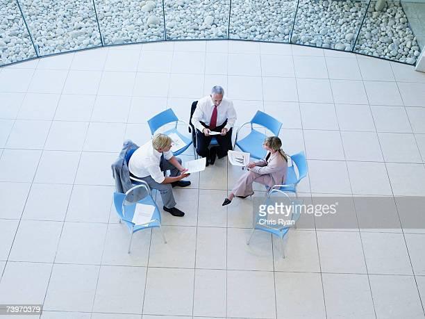 空から見た 3 つの会社員のミーティングには、「ロタンダ」