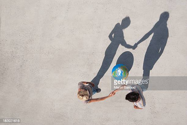 Veduta aerea di due persone agitare le mani con ombra