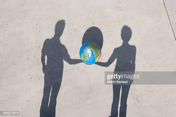 Luftbild von zwei Schatten hält Globus im Freien