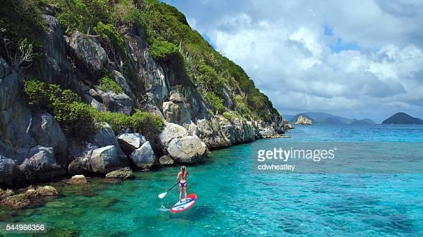 Vista aérea de mujer en paddleboard