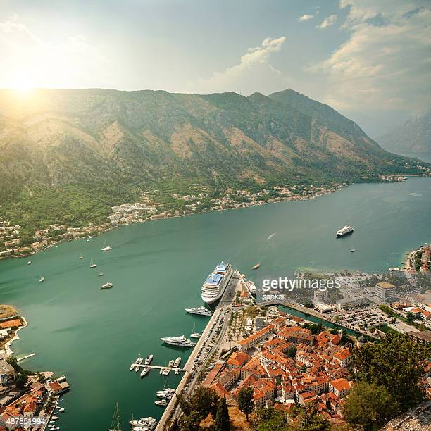 Luftaufnahme der Bucht von Kotor auf den Sonnenuntergang. Resort in Montenegro.