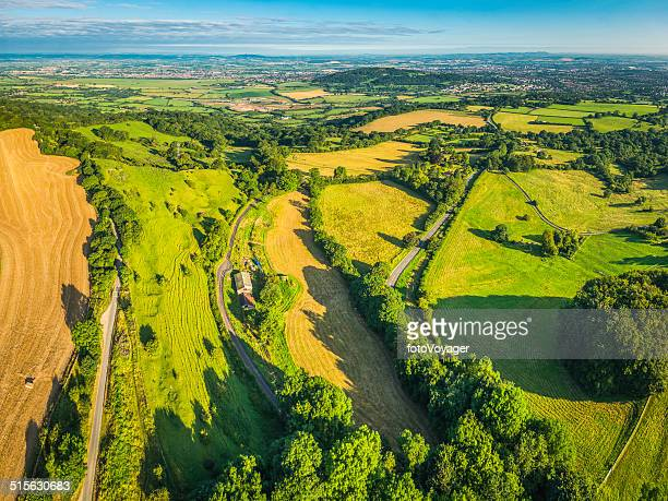 Vue aérienne sur vert pâturage golden cultures et country ville