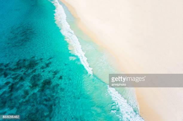 Luftbild sandigen Strand und das tropische Meer