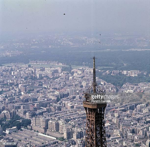 Aerial Views Of Paris Vue aérienne de Paris incluant le dernier étage et la flèche de la Tour Eiffel