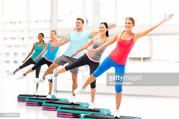 Aerobic-Kurs wegsehen, die Übungen im Fitness-Club