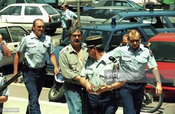 L'affaire Yann Piat Gerard Finale arrive au tribunal sous escorte de la gendarmerie en juin 1994 a Toulon France
