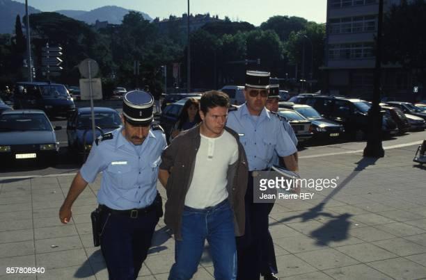 L'affaire Yann Piat le tueur presume Lucien Ferri arrive au tribunal sous ecorte de la gendarmerie juin 1994 a Toulon France