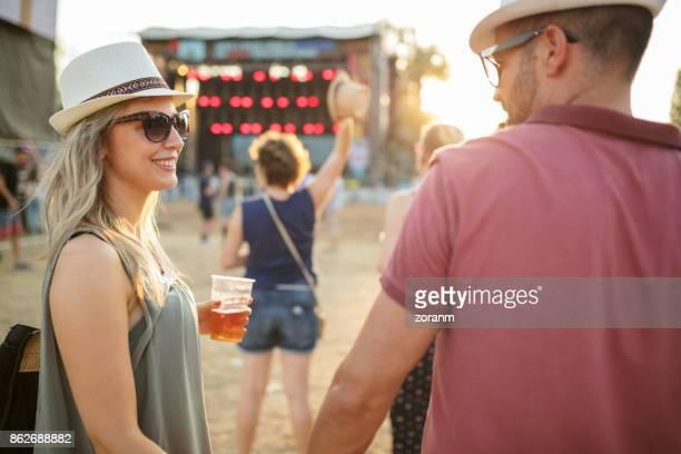 Couple affectueux au festival de musique
