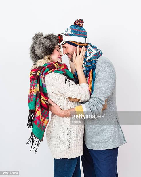 Zärtlich Paar im winter outfit vor weißem Hintergrund