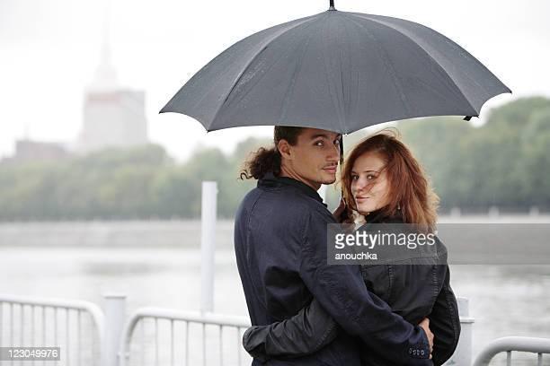 Affectueux couple sous la pluie