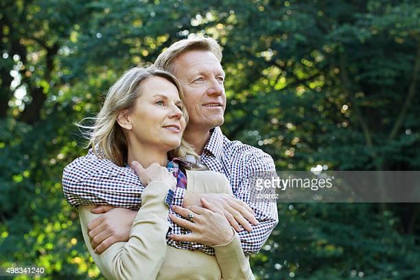 Zärtlich Älteres Paar im Freien in einem park