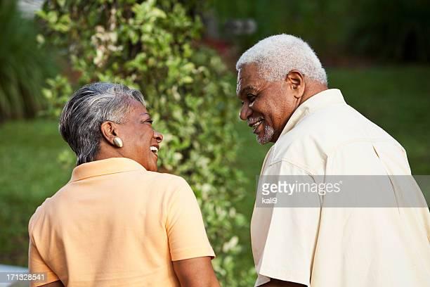Affectueux senior couple afro-américain regardant dans chaque othe
