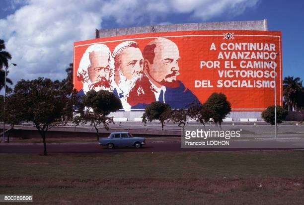 Affiche monumentale représentant Karl Marx Friedrich Engels et Vladimir Ilitch Lénine en janvier 1979 lors de l'anniversaire de la révolution à Cuba